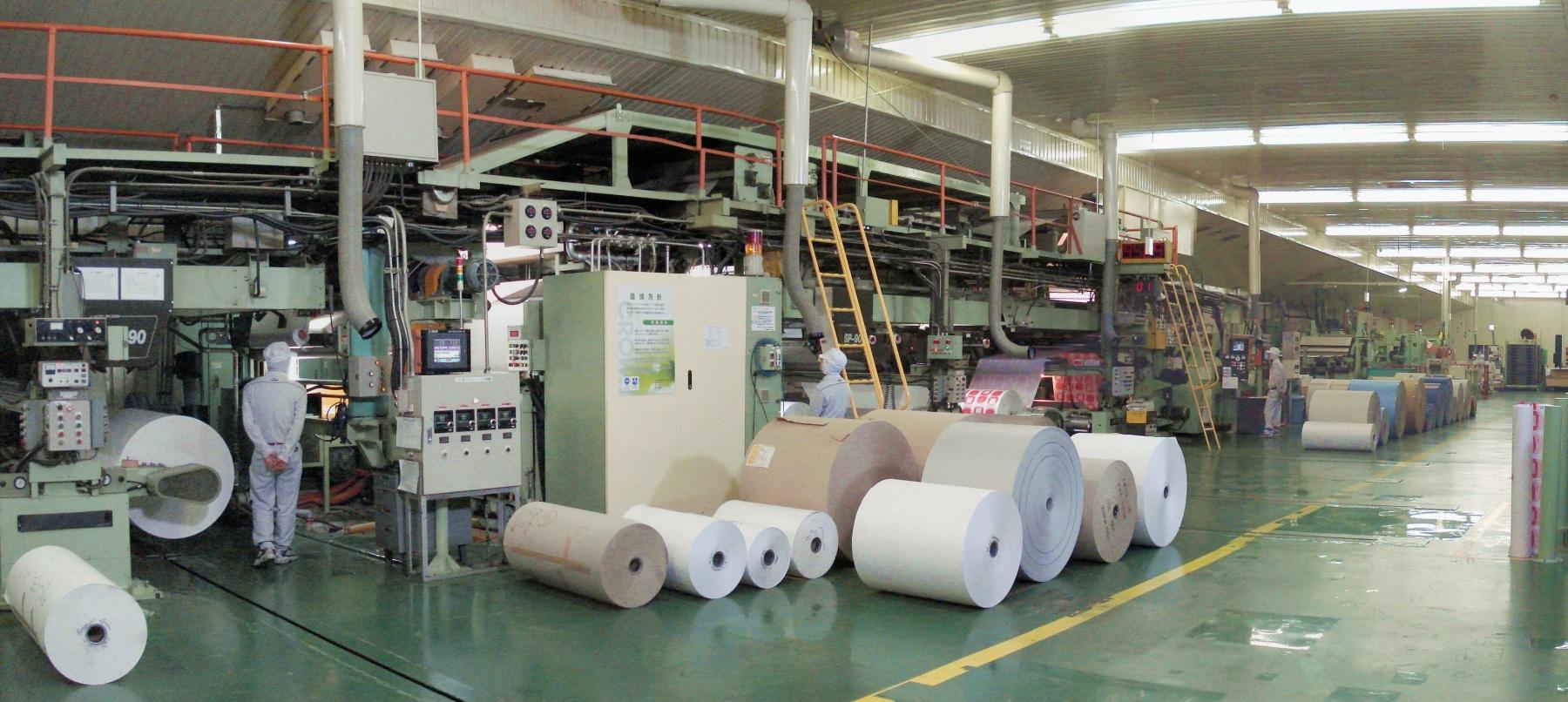 カカオ豆の皮から紙を作る。材料再生の可能性を見出す「クラウン・パッケージ」インタビュー