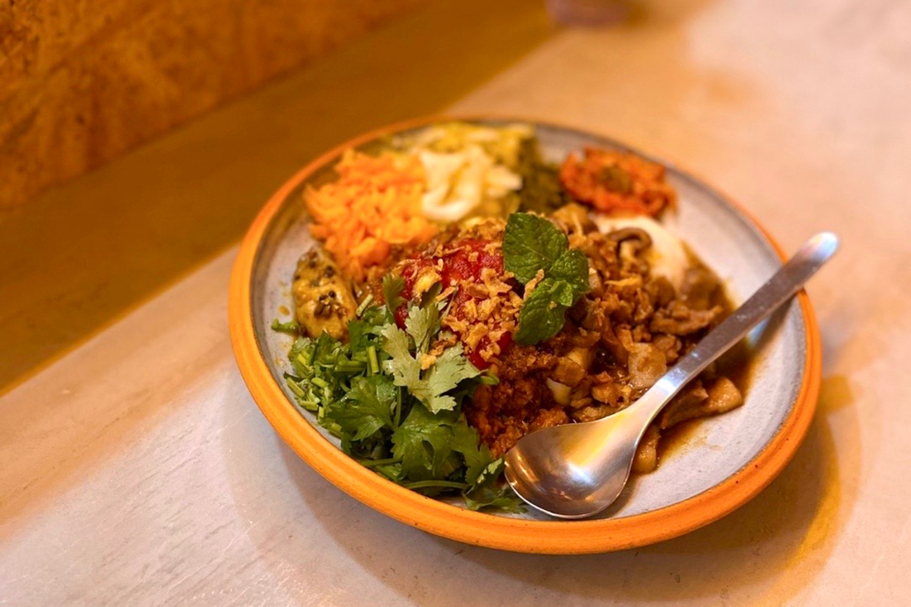 「ケニックカレー」×「APeCA」がコラボ。カカオとカレーが融合したどこにもない料理
