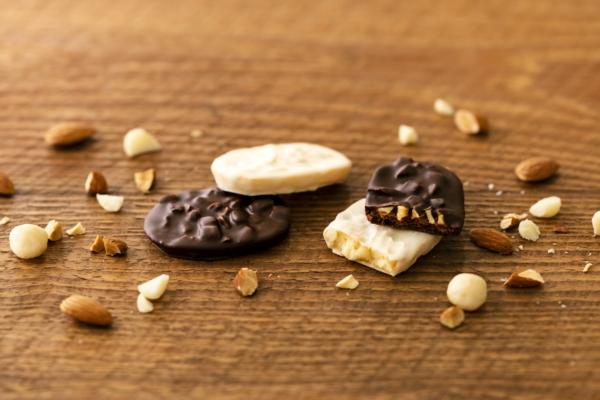 老舗洋菓子店ユーハイムより、乳化剤不使用のオリジナルチョコレートで作った冬期限定のショコラサブレが登場